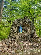Święty Krzyż, 02-05-2019. Grota Matki Bożej przy Drodze Królewskiej  prowadzącej  na Łysą Górę do klasztoru . W jej wnęce znajduje się figura Maryi.