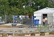 Nederland, the Netherlands, Nijmegen, 12-10-2015Vluchtelingen keren terug op kamp, tentenkamp Heumensoord, de tijdelijke noodopvang, azc, van het COA, nadat zij in de stad boodschappen hebben gedaan.FOTO: FLIP FRANSSEN