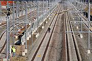 Nederland, Elst,  23-3-2006..Medewerkers van ProRail bezig met de afbouw van de Betuwelijn. Minister Peijs besloot dat prorail de enige uitbater van de goederenspoorlijn zal worden...Op 1 januari moet de spoorlijn voor het goederentransport, goederenvervoer, in bedrijf gaan...De aansluiting op Duitsland is echter nog een probleem...Foto: Flip Franssen/Hollandse Hoogte