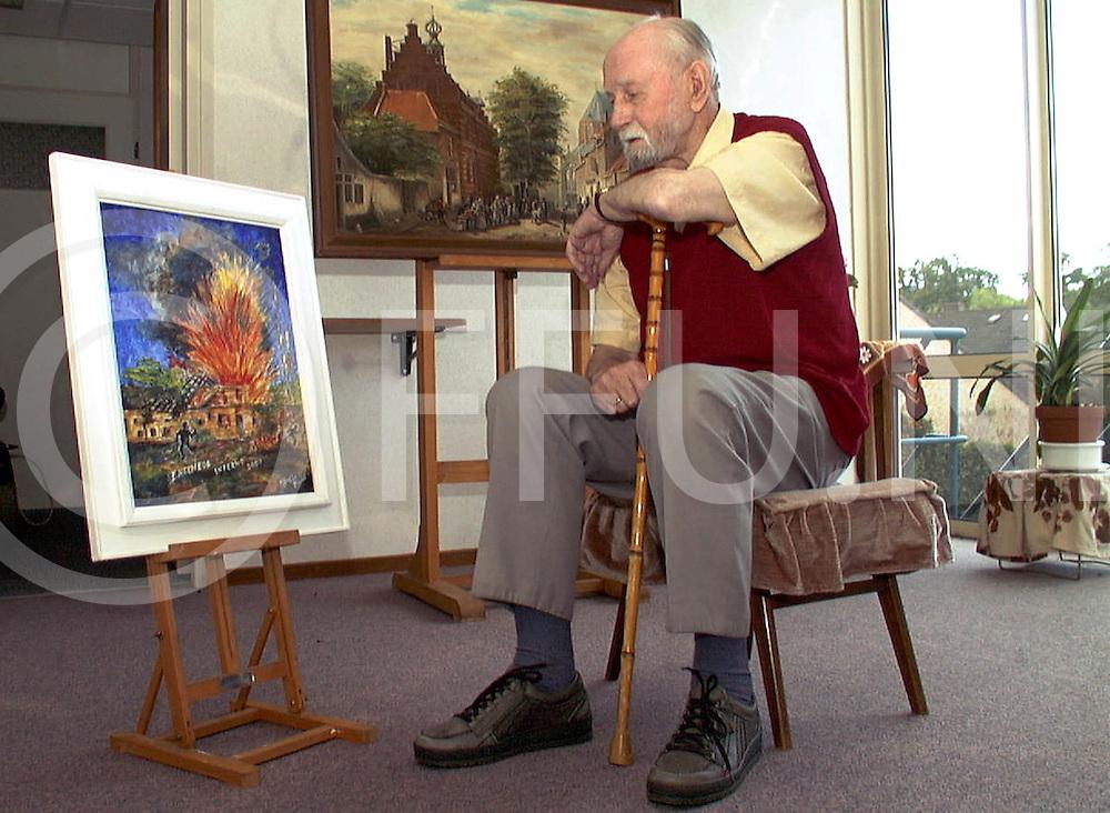 Fotografie Frank Uijlenbroek©2001/Frank Brinkman.010828 heino ned.dhr pauw kijkt naar zijn schilderij over de vuurwerkramp in enschede.fu010828_11