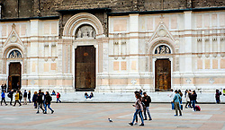Tourists outside the Basilica di San Petronio, Piazza Maggiore, Bologna, Italy<br /> <br /> (c) Andrew Wilson | Edinburgh Elite media