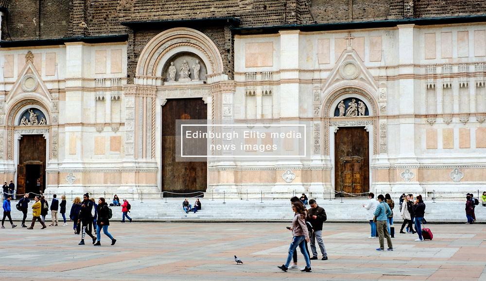 Tourists outside the Basilica di San Petronio, Piazza Maggiore, Bologna, Italy<br /> <br /> (c) Andrew Wilson | Edinburgh Elite media