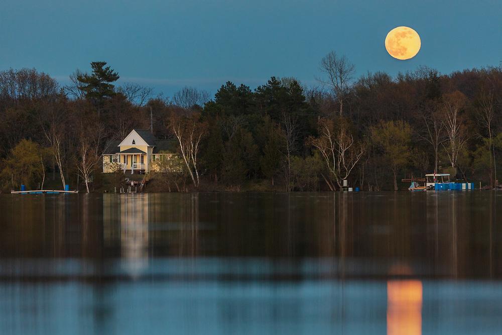 https://Duncan.co/moonrise-over-cottage