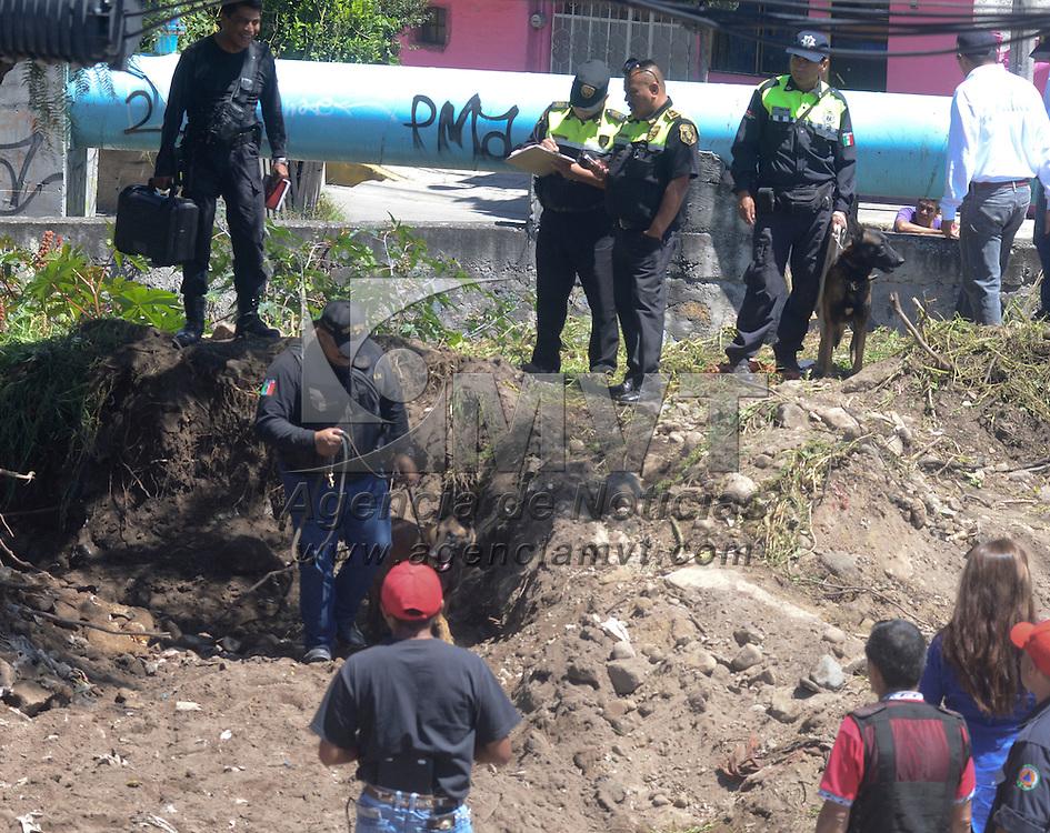 Ecatepec, Méx. Policías municipales y estatales  realizaron la búsqueda del cuerpo de una mujer en un terreno ubicado en la avenida 5 de Mayo y la autopista México-Pachuca, en la colonia Santa Clara Cuautitla, en donde un detenido dijo que enterró el cuerpo de la mujer. Agencia MVT / Juan García