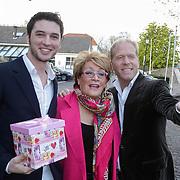 NLD/Naarden/20120422 - Inloop gasten verjaardagsfeest Monique des Bouvrie, Danny Rook en