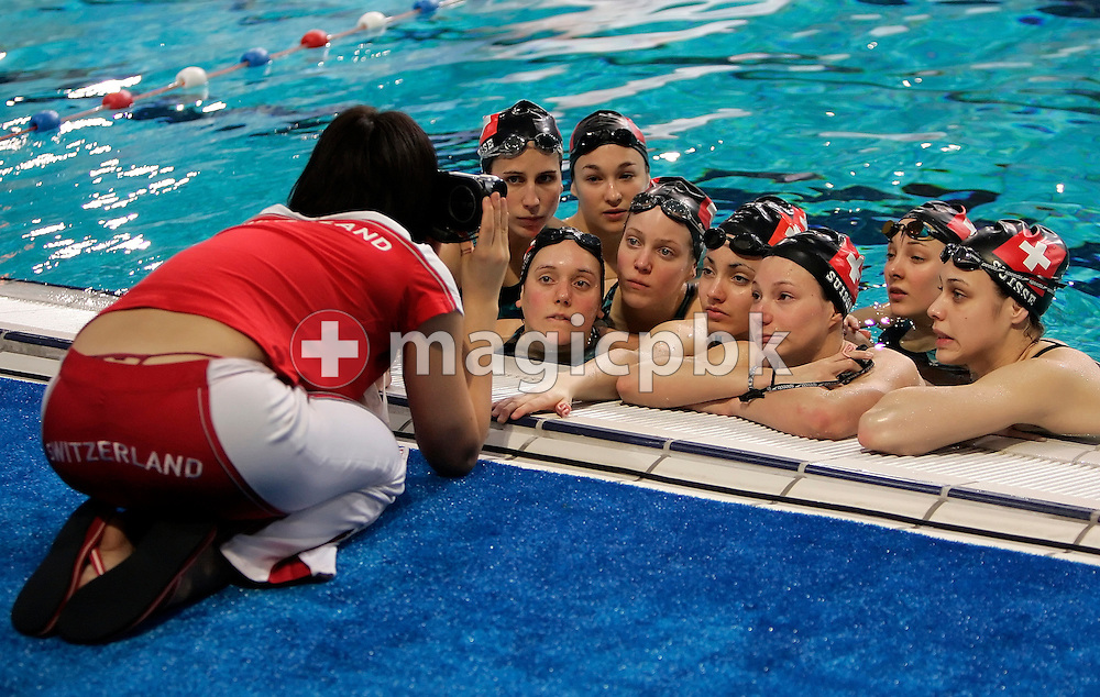 Switzerland's national coach Jessica YOUNG is showing  her team some video records during a synchronized (synchronised) swimming team training session during the 2008 European Aquatics Championships in Eindhoven, Netherlands, Friday, March 14, 2008. (Photo by Patrick B. Kraemer / MAGICPBK)