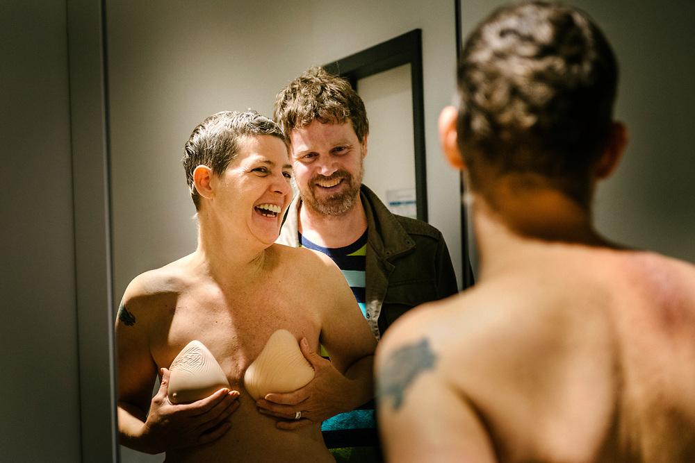 Annette mit ihrem Mann in der Umkleidekabine des Sanitätsfachgeschäfts – Anprobe von Brustepithesen