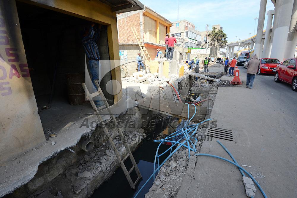 Toluca, México.- Más de 20 negocios fueron afectados con el recorte de banquetas que realiza la Secretaría de Comunicaciones y Transportes para corregir el carril de salida del distribuidor vial Aeropuerto-José López Portillo, en el sentido Los Sauces-Paseo Tollocan.  Agencia MVT / Crisanta Espinosa