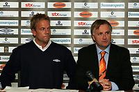 Fotball , 23 September 2009<br /> Norgesmesterskapt fotball NM<br /> Aalesund - Odd Grenland<br /> <br /> Geir Nordahl fra Umbro og<br /> Henrik Hoff fra Aalesund fotballklubb signerer ny utstyrsavtale ut 2012<br /> <br /> Foto: Richard Brevik , Digitalsport