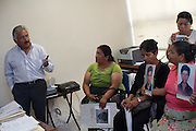Javier Reinoso Reyes, director of expert Services speaks with Central American women in the State Attorney in the city of San Luis Potosí, capital of the state with the same name. (Photo: Prometeo Lucero)