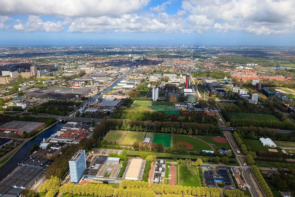 Nederland, Zuid-Holland, Delft, 09-05-2013; overzicht Campus TU Delft. Gebouw in het midden met logo en rode gevel is Elektrotechniek, Wiskunde en Informatica (EWI).Nederland, Zuid-Holland, Delft, 09-05-2013; overzicht Campus TU Delft met in de voorgrond Technopolis met kernreactor van Reactor Instituut Delft (RID). Het gebouw met logo en rode gevel is van Elektrotechniek, Wiskunde en Informatica (EWI)..Overview of the Campus of the Delft University of Technology. The high-rise red-striped building is the faculty of Electrical Engineering, Mathematics and Computer Sciences (EEMCS)..luchtfoto (toeslag op standard tarieven).aerial photo (additional fee required).copyright foto/photo Siebe Swart