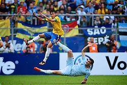 Neymar disputa lance com Adil Rami no amistoso entre Brasil e França no estádio Arena do Grêmio, em Porto Alegre (RS). FOTO: Jefferson Bernardes/Preview.com