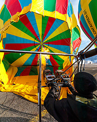 05.02.2018, Zell am See - Kaprun, AUT, BalloonAlps, im Bild ein Ballon wird auf seine Fahrt vorbereitet und beheizt // a hot air balloon is prepared and heated for his trip during the International Balloonalps Week, Zell am See Kaprun, Austria on 2018/02/05. EXPA Pictures © 2018, PhotoCredit: EXPA/ JFK