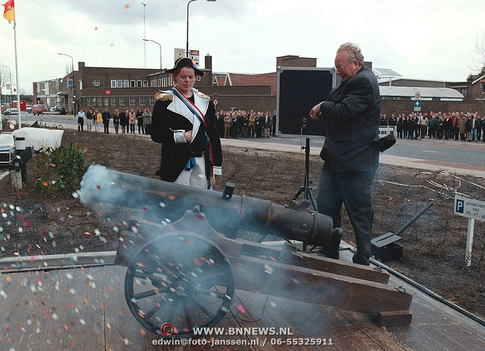 Opening Holland Signaal Huizen, van Kemenade schiet