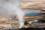 Turistas en Norris Geyser Basin, Yellowstone NP, Wyoming (Estados Unidos)