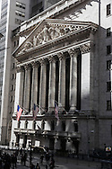 New York, stock exchange in wall street with a statue of georges washington / le stock exchange