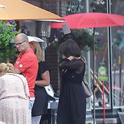 NLD/Laren/20120728 - Asrid Joosten en partner Willem Ennes winkelend in Laren voor een parasol,
