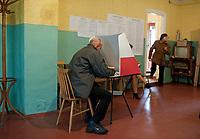 09.10.2011 wies Sokolda woj podlaskie Wybory Parlamentarne 2011 n/z glosowanie w OKW nr 4 fot Michal Kosc / AGENCJA WSCHOD