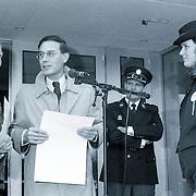 NLD/Bussum/19881110 - Landelijke Politie actie dag, staking en demonstratie op de fiets politie Gooi & Vechtstreek, burgemeester Holthuijzen van Bussum neemt een petitie in ontvangst