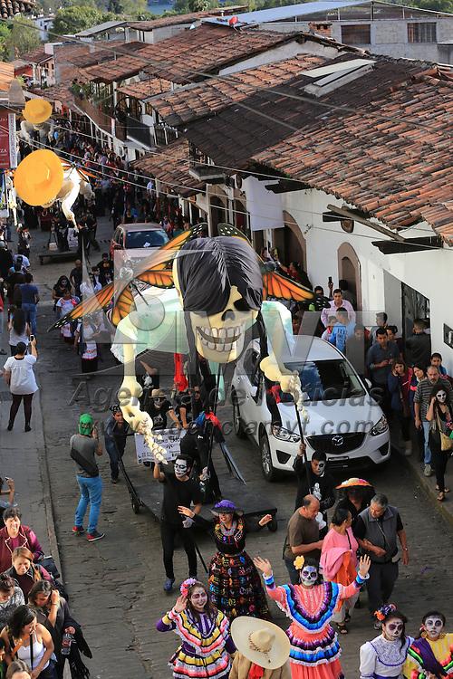 """Valle de Bravo, Mexico.- Cientos de personas caracterizadas con motivos de Día de Muertos se sumaron a la actividad denominada """"Catrineando"""", en la que desfilaron calaveras monumentales elaboradas por el colectivo mexicano La Última Hora, durante el primer día de actividades de la décimo cuarta edición del Festival de las Almas. Agencia MVT / Omnio"""