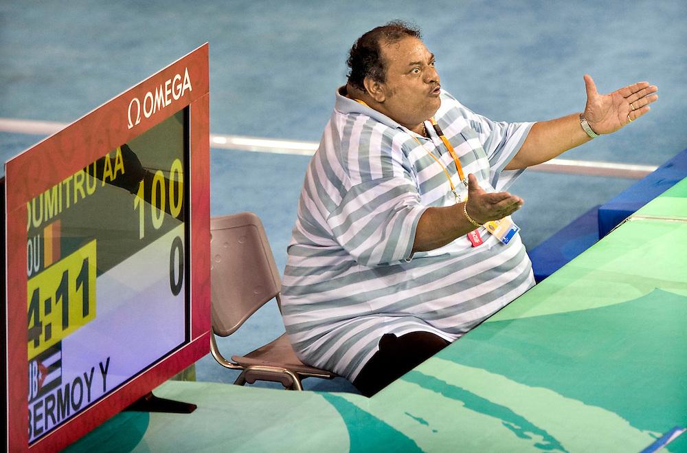 China, Beijing, 09-08-2008.<br /> Olympische Spelen.<br /> Judo, Vrouwen tot 48 kg.<br /> De cubaanse coach van Yanet Bermoy probeert, zonder resultaat, met z'n hele gewicht zijn pupil te stimuleren.<br /> Foto: Klaas Jan van der Weij