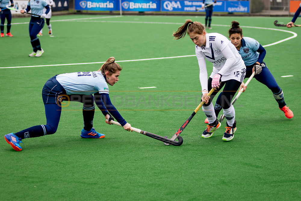 LAREN -  Hockey Hoofdklasse Dames: Laren v Pinoké, seizoen 2020-2021. Foto: Cécile  Knuvers (Laren) en Josephine Murray (Pinoké)