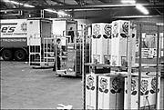 Nederland, Aalsmeer, 1-11-1985Serie beelden gemaakt voor twaalf verhalen in het blad Intermediair eind 1985, begin 1986 over de staat van de nederlandse economie per provincie . Bloemenveiling en transport in de veilinghal in Aalsmeer .De computer deed voorzichtig zijn intrede, er bestond geen mobiele telefoon, gsm, of internet . De analoge maatschappij . Transitie naar het computertijdperk en automatisering, robotisering .Foto: Flip Franssen