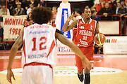 DESCRIZIONE : Pistoia Lega serie A 2013/14  Giorgio Tesi Group Pistoia Pesaro<br /> GIOCATORE : Turner Elston<br /> CATEGORIA :  palleggio<br /> SQUADRA : Pesaro Basket<br /> EVENTO : Campionato Lega Serie A 2013-2014<br /> GARA : Giorgio Tesi Group Pistoia Pesaro Basket<br /> DATA : 24/11/2013<br /> SPORT : Pallacanestro<br /> AUTORE : Agenzia Ciamillo-Castoria/M.Greco<br /> Galleria : Lega Seria A 2013-2014<br /> Fotonotizia : Pistoia  Lega serie A 2013/14 Giorgio  Tesi Group Pistoia Pesaro Basket<br /> Predefinita :