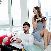 Nabilla Benattia & Thomas Vergara dans leur appartement de Londres.