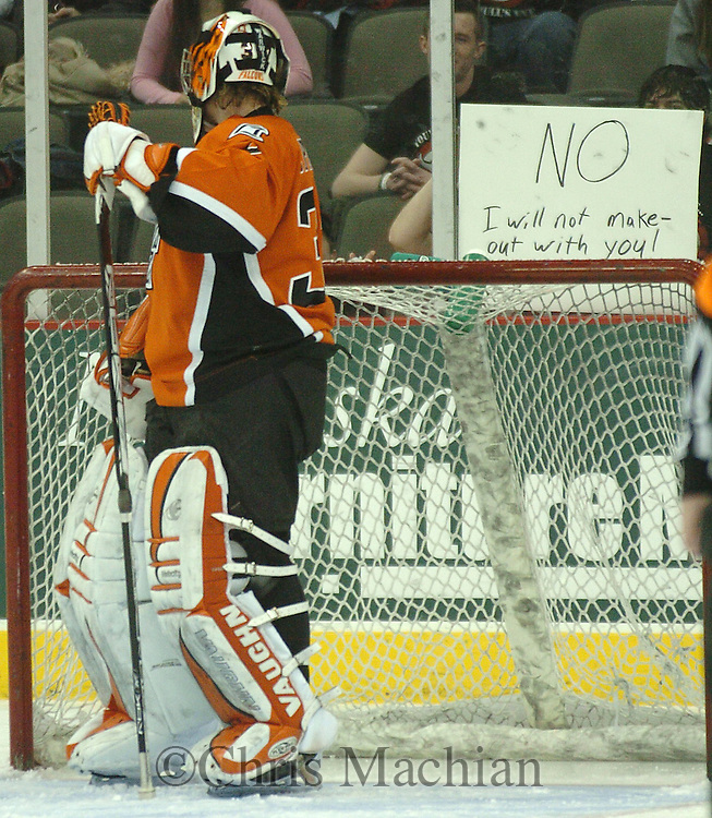 1/13/07 -- Omaha, NE. Bowling Green State University goalie Jimmy Spratt looks back at a fans sign Saturday night at Qwest Center Omaha...Photo by Chris Machian/Prairie Pixel Group