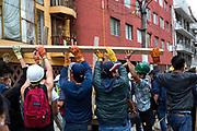 Voluntarios apoyan a familiares de un edificio al sur de la  Ciudad de México, 20 de septiembre de 2017 /   Volunteers support families of a damaged building in south Mexico City, on September 20th, 2017. (Foto: Prometeo Lucero)