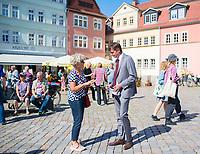 Apolda, 03.09.2021: CDU-Bundestagskandidat Mike Mohring im Gespräch mit einer Bürgerin bei einer Wahlkampfveranstaltung der CDU auf dem Marktplatz in Apolda.