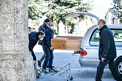 March 16, 2020, Bergamo, Italy: Funeral service workers load a casket into a hearse. The Italian town at the centre of the coronavirus pandemic in Europe is holding a funeral every 30 minutes. Italy recorded 368 new deaths on Sunday from the Covid-19 coronavirus outbreak, as the country's total death toll rose to 1,809. (Credit Image: © Claudio Furlan/LaPresse via ZUMA Press)