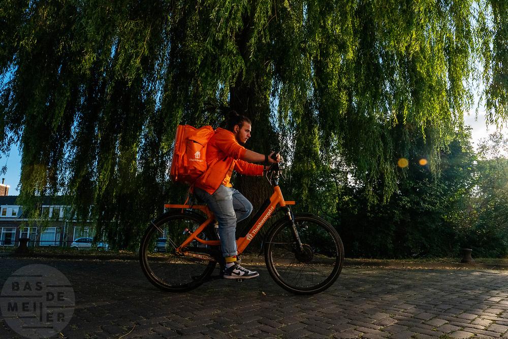 Een bezorger van thuisbezorgd.nl rijdt door Utrecht.<br /> <br /> A food delivery messenger rides in Utrecht.