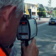 Verkeerscontrole Ceintuurbaan Huizen, agent met laser