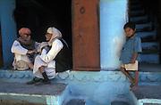 Afternoon chat, bazar, Udaipur