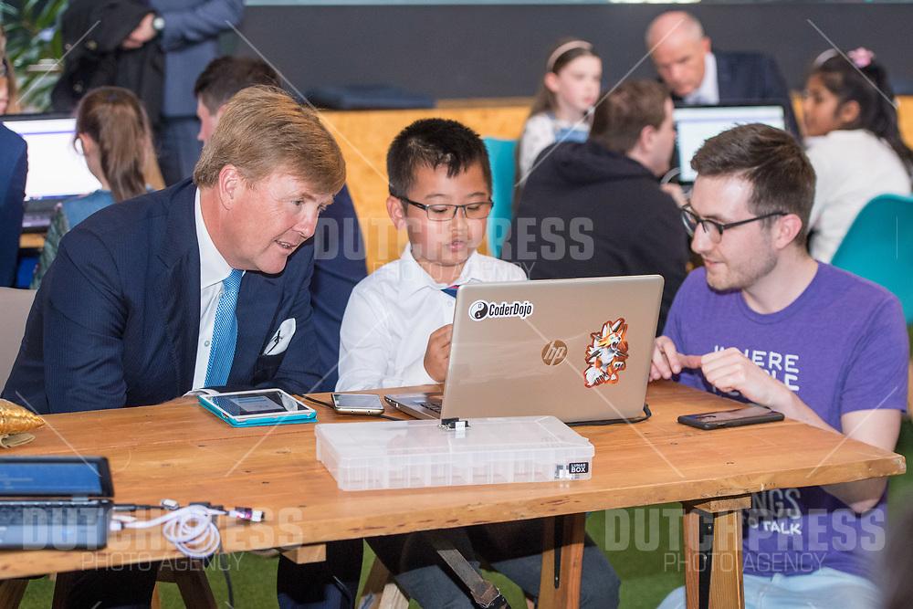 Koning Willem-Alexander tijdens een bezoek aan Dogspatch Labs in Dublin, op dag 1 van het 3-daags staatsbezoek van het Nederlands Koningspaar aan Ierland.