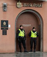 15.04.2017 Bialystok N/z straznicy miejscy przed wejsciem do Banku PKO fot Michal Kosc / AGENCJA WSCHOD