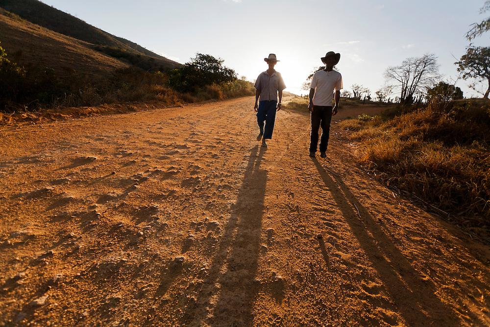 Almenara_MG, Brasil...Trabalhadores rurais na estrada de terra em Almenara, Minas Gerais...Rural workers in dirty road in Almenara, Minas Gerais...Foto: LEO DRUMOND / NITRO
