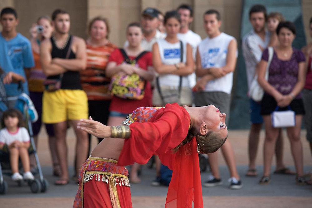 05/Marzo//2009 Madrid.Turistas disfrutando de un espectáculo en el Parque Terra Mítica..©JOAN COSTA....