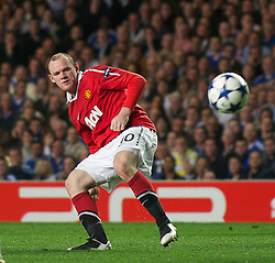 06.04.2011, Stamford Bridge, London, ENG, UEFA CL, Viertelfinale, Hinspiel, Chelsea FC (ENG) vs Manchester United (ENG), im Bild Manchester United's Wayne Rooney shoots at the Chelsea goal during the UEFA Champions League Quarter-Final 1st leg match at Stamford Bridge, EXPA Pictures © 2011, PhotoCredit: EXPA/ Propaganda/ D. Rawcliffe *** ATTENTION *** UK OUT!