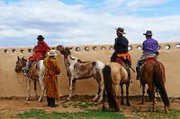 Mongolie, province de Ovorkhangai, Ondorshireet, la fete du Naadam, spectateurs // Mongolia, Ovorkhangai province, Ondorshireet, spectator at the Naadam festival