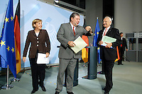 2006, BERLIN/GERMANY:<br /> Angela Merkel (L), Bundeskanzlerin, Kurt Beck (M), SPD Parteivorsitzender und Ministerpraesident Rheinland-Pfalz, Edmund Stoiber (R), CSU, Ministerpraesident Bayern, nach einer Pressekonferenz nach einer Koalitionsrunde zur Gesundheitsreform, Bundeskanzleramt   <br /> IMAGE: 20061005-01-047<br /> KEYWORDS: Gesundheitskompromiss, Koalitionsgespraech, Koalitionsgespräch