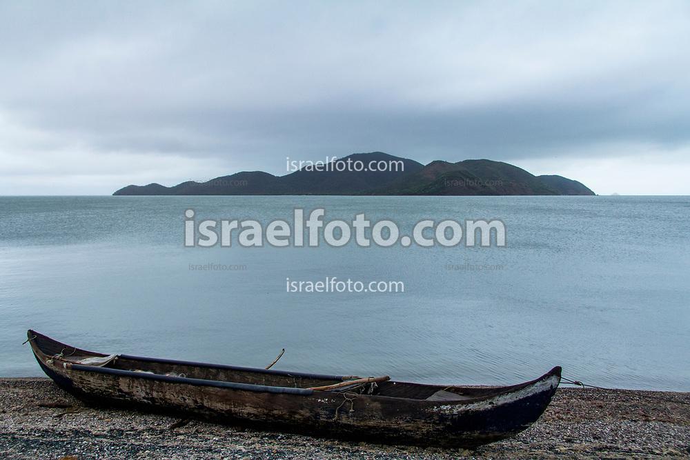 Un bote a la orilla del mar en San Dionisio del Mar  / A boat by the seashore in San Dionisio del Mar.