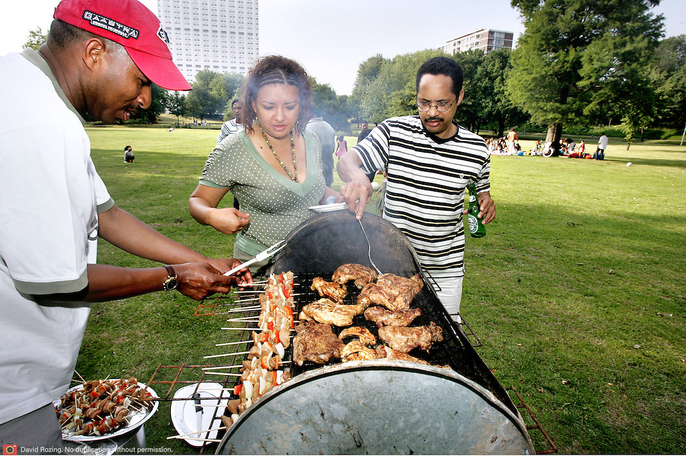 Nederland Rotterdam 24 juni 2006 20060624.Allochtone Rotterdammers barbequeen op zonnige zomerse dag in euromast park ..Foto David Rozing.David Rozing Fotografie .Tapuitstraat 51b .3083WG Rotterdam ..mob 06 52334959.tel 010 2102082