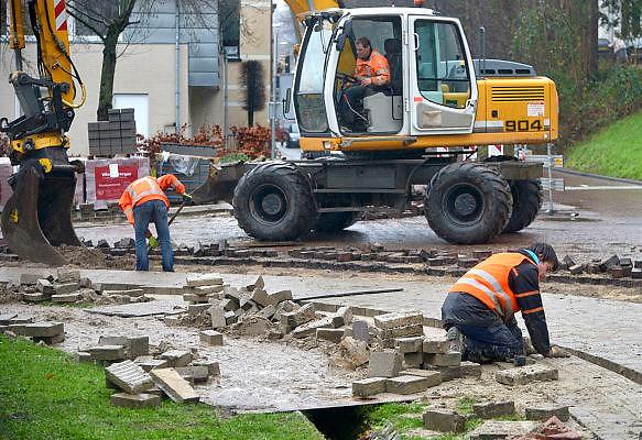 Nederland, Ubbergen, 17-12-2014Een wegenbouwbedrijf vernieuwd de doorgaande weg door het dorp. In fasen worden wegvakken van het wegdek ontdaan en vernieuwd. Foto: Flip Franssen/Hollandse Hoogte