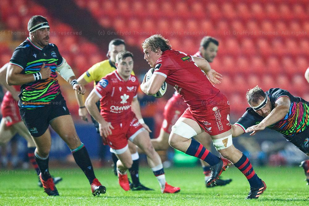 Llanelli, UK. 8 November, 2020.<br /> Scarlets flanker Jac Morgan on the attack during the Scarlets v Zebre PRO14 Rugby Match.<br /> Credit: Gruffydd Thomas/Alamy Live News