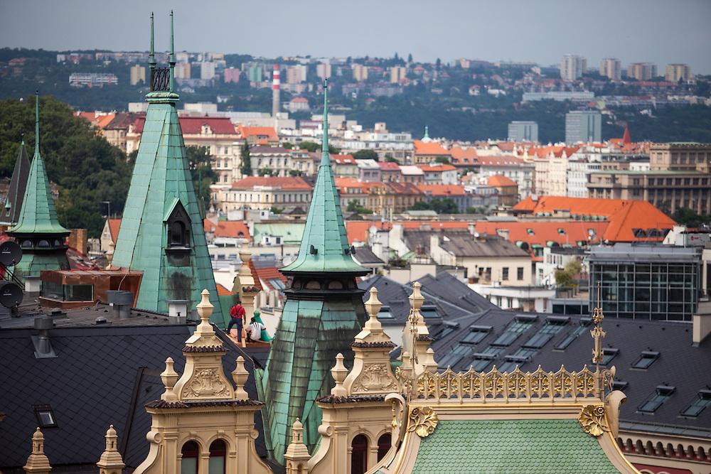 """Blick vom Turm am Platz der Republik in Prag auf einen Teil des """"Obecni Dum""""."""