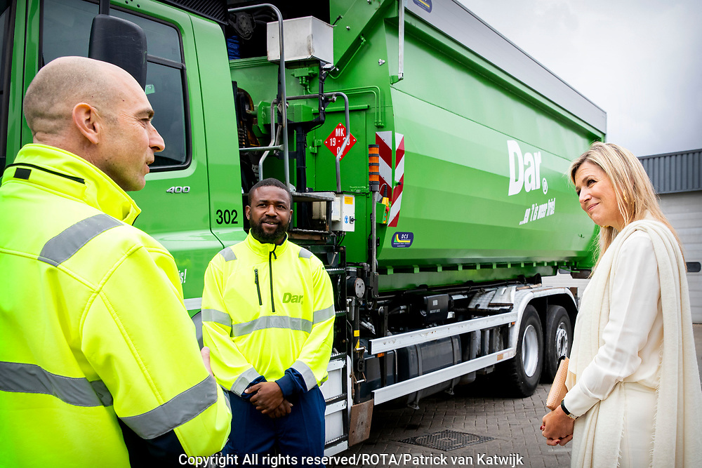 NIJMEGEN, 4-6-2020, Koningin Maxima ontmoet vitale sectoren in Nijmegen. <br /> <br /> Koningin Maxima tijdens een werkbezoek aande Jumbo supermarkt en een afvalbedrijf in Nijmegen. Het bezoek vond plaats in het kader van de impact van de coronapandemie op vitale sectoren.<br /> <br /> Queen Maxima during a working visit to the Jumbo supermarket and a waste company in Nijmegen. The visit took place in the context of the impact of the corona pandemic on vital sectors.