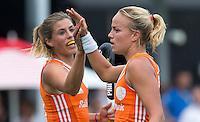 BOOM - Maartje Paumen heeft de stand op 1-0 gebracht en viert dit met Kim Lammers tijdens de eerste poule wedstrijd van Oranje tijdens het Europees Kampioenschap hockey   tussen de vrouwen Nederland en Ierland (6-0). ANP KOEN SUYK